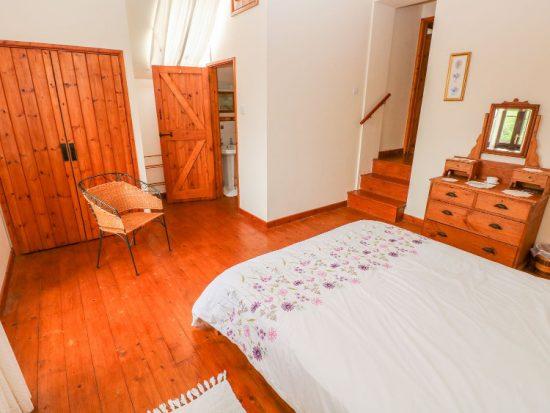 llwynpur double bedroom with en-suite